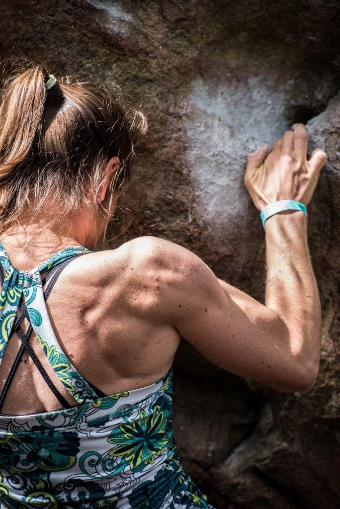 Raduni boulder per arrampicatrici: ne parliamo con Caroline Ciavaldini
