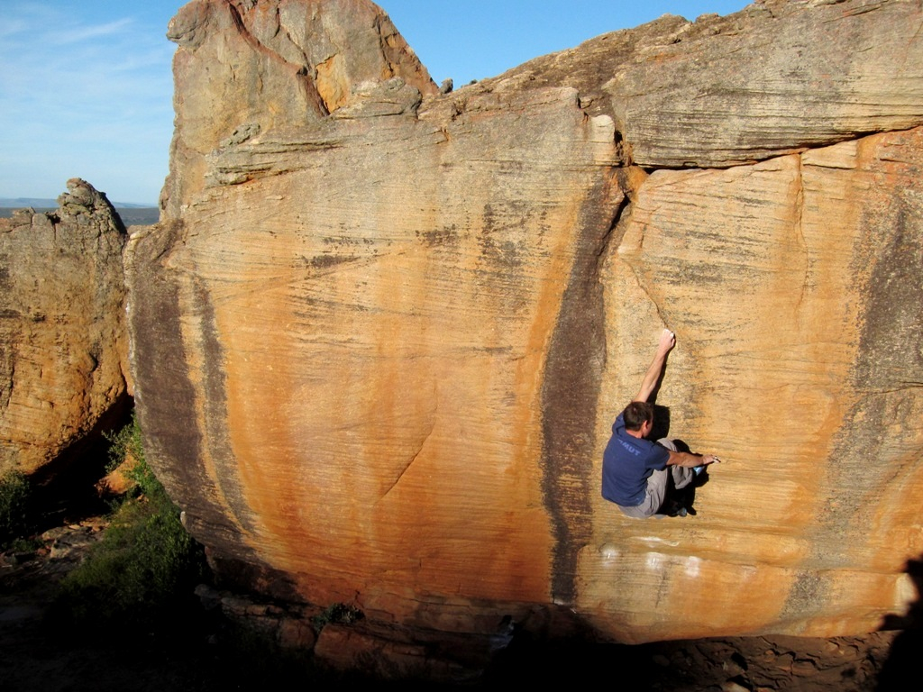 La tecnica di arrampicata del piede-mano in strapiombo